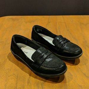 Clarks all black loafers 7W